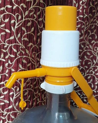Manual water pump with handle